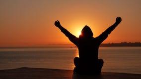 Мальчик в заходе солнца Стоковые Фотографии RF