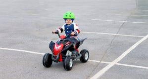 Мальчик в защитном шлеме на электротранспорте Стоковое Изображение RF