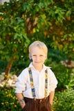 Мальчик в зеленом саде стоковая фотография rf