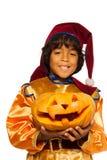 Мальчик в костюме карлика с высекаенной тыквой Стоковое Изображение RF