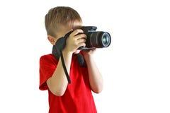 Мальчик в красной сфотографированной футболке Стоковые Изображения