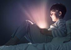 Мальчик в кровати стоковая фотография rf