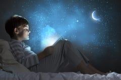 Мальчик в кровати стоковое фото rf
