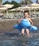 Мальчик в круге заплывания, бегах в море Стоковая Фотография RF