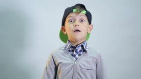 Мальчик в крышке удивлен акции видеоматериалы