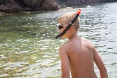 Мальчик в маске и шноркеле заплывания Стоковые Изображения RF