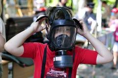 Мальчик в маске противогаза Стоковые Фото
