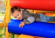 Мальчик в маленьком городе игры детей мягком Стоковое Изображение