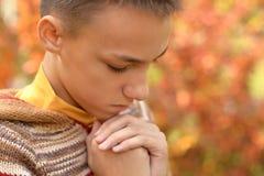 Мальчик в молить парка осени Стоковое Фото