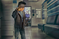 Мальчик в охраннике офиса с электрофонарем Стоковые Изображения RF