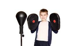 Мальчик в перчатках бокса на белой предпосылке Стоковое фото RF