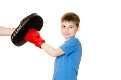 Мальчик в перчатках бокса на белой предпосылке Стоковые Изображения