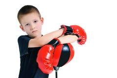 Мальчик в перчатках бокса Стоковые Фото