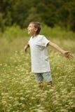 Мальчик в поле Стоковое Фото