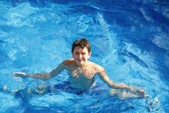 Мальчик в плавательном бассеине стоковая фотография