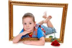 Мальчик в рамке изображения - подарка на Valentine& x27; день s Стоковые Изображения RF