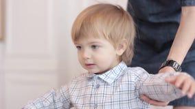 Мальчик в рубашке большой акции видеоматериалы