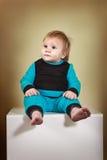 Мальчик в сине-черном костюме Стоковая Фотография