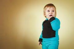 Мальчик в сине-черном костюме Стоковые Фото
