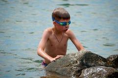 Мальчик в стеклах воды для плавать Стоковые Изображения