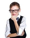 Мальчик в стеклах и усмехаться bowtie изолированном на белой предпосылке Стоковые Изображения RF