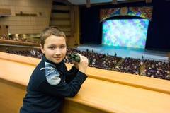 Мальчик в театре стоковое фото