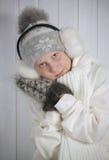 Мальчик в теплой зиме одевает держать рождество Стоковые Изображения RF