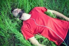 Мальчик в траве стоковые фотографии rf