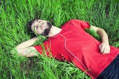 Мальчик в траве стоковое фото