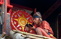 Мальчик в традиционных одеждах около гроба на похоронной церемонии Tana Toraja Стоковая Фотография