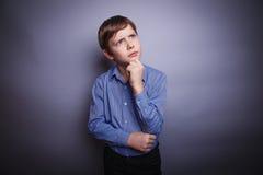 Мальчик в думать рубашки Стоковые Фото