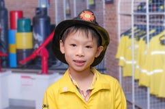 Мальчик в форме пожарного Стоковая Фотография RF