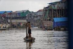 Мальчик в шлюпке, соке Tonle, Камбодже стоковые фото