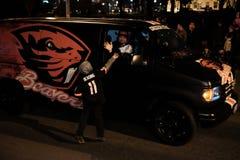 Мальчик в jersey футбола положения Орегона достигает к бобру Стоковые Фотографии RF