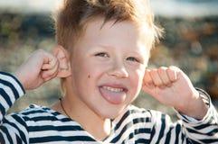 Мальчик в striped обезьяне жилета Стоковая Фотография