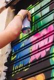 Мальчик граффити, картина брызга в улице стоковые изображения rf