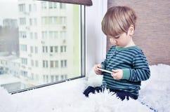 мальчик лежа на окне Стоковое фото RF
