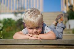 Мальчик лежа на палубе стоковые изображения rf