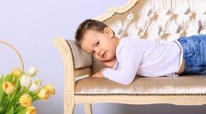 Мальчик лежа на стенде Стоковые Изображения RF
