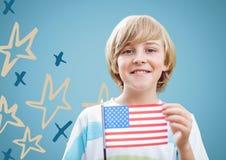 Мальчик держа американский флаг против голубой предпосылки с нарисованной рукой картиной звезды Стоковые Фотографии RF