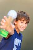 Мальчик держа бутылку стоковые изображения rf