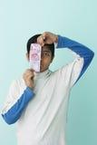 Мальчик держа 2000 денег рупии новых индийских в его руке Стоковое Изображение