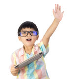 Мальчик держа повышение таблетки его рука вверх изолированный стоковое изображение