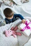 Мальчик держа подарок Стоковые Изображения