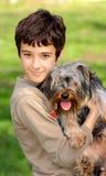 Мальчик с собакой стоковое изображение rf