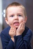 Мальчик держа сторону Стоковое Изображение RF