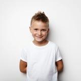 Мальчик держит руки позади задний и усмехающся дальше Стоковое Изображение RF