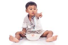мальчик есть еду немного стоковое изображение rf