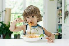 Мальчик есть макаронные изделия Стоковое фото RF
