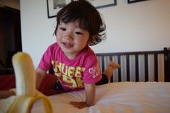 Мальчик есть мой любимый банан Стоковые Изображения RF